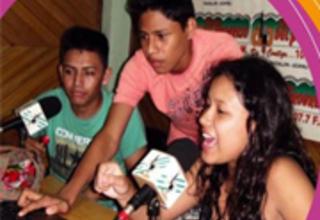 Jóvenes preparan la emisión de una radionovela