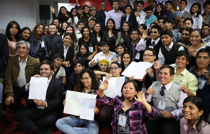 Representantes de PPK y Fuerza Popular posan junto a representantes juveniles luego de suscribir la Agenda Joven
