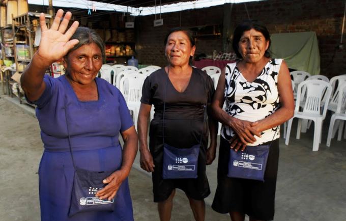 Mujeres damnificadas por las lluvias luego de recibir el kit de protección