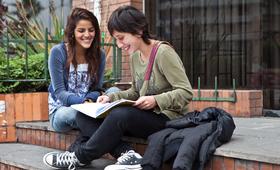 Invertir en la educación, salud, empleo y protección de jóvenes y adolescentes es fundamental.
